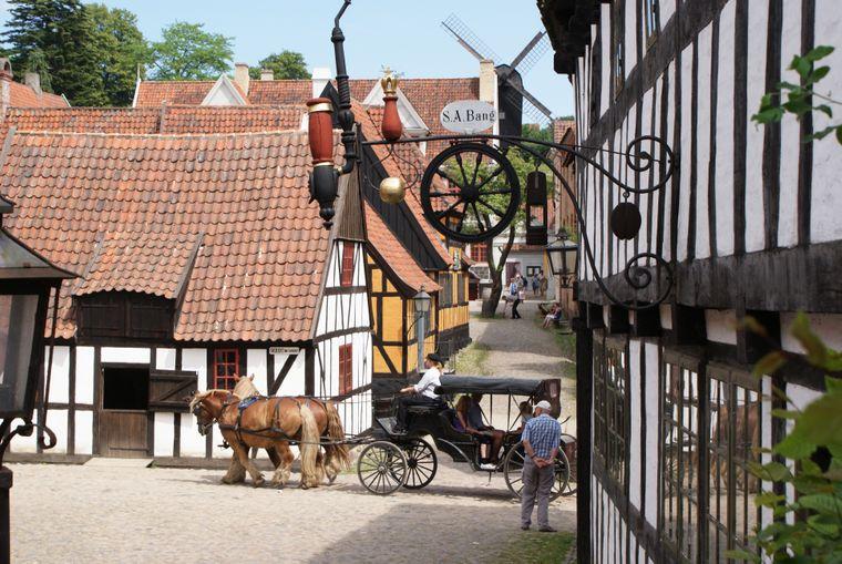 Im Freilichtmuseum Den Gamle By spazierst du durch historisch anmutende Stadtviertel.