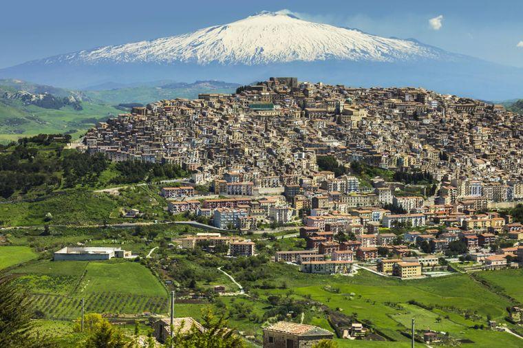 Die wunderschöne italienische Kleinstadt Gangi mit dem imposanten Ätna im Hintergrund.