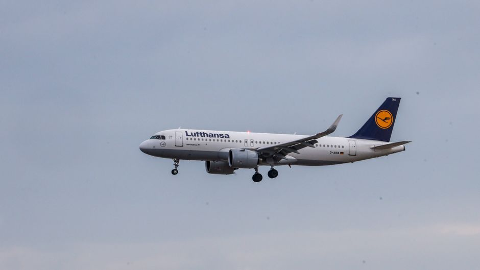 Die Lufthansa will Passagieren künftig Corona-Tests anbieten.