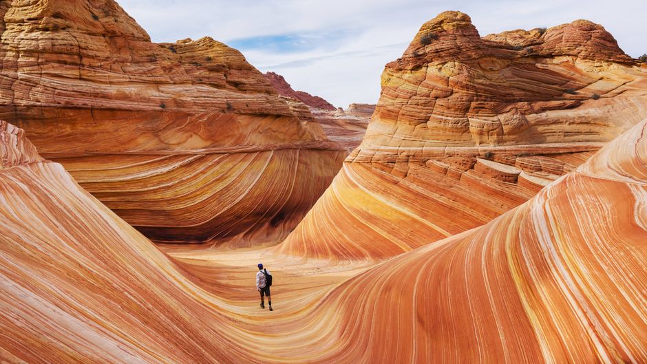 Ein Tourist in der Wave-Formation in North Coyote Buttes.