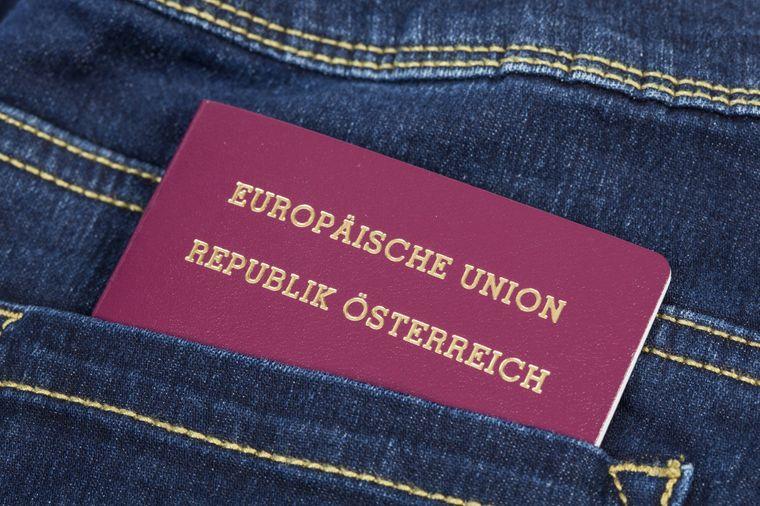 Österreichischer Reisepass in der Hosentasche.