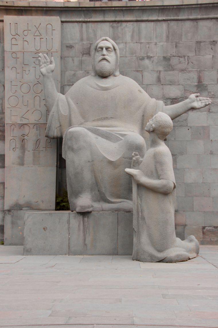 Statue des Mönchs Mesrop Maschtot, Erfinder des armenischen Alphabets.