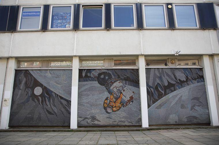 """Das Glasmosaik """"Der Mensch bezwingt den Kosmos"""" am Rechenzentrum."""
