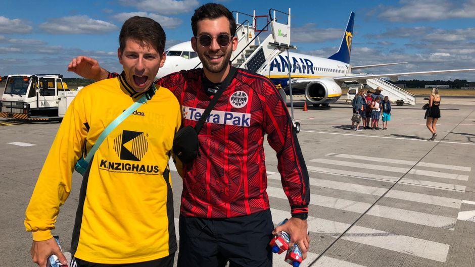 Begeisterte Gesichter: reisereporter Patrick (r.) und sein Kumpel Julian vor dem 9,99-Euro-Flug nach Mallorca.