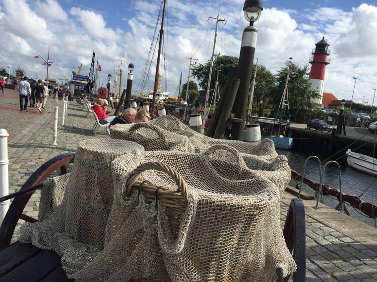 Fischkörbe stehen am Museumshafen in Büsum.