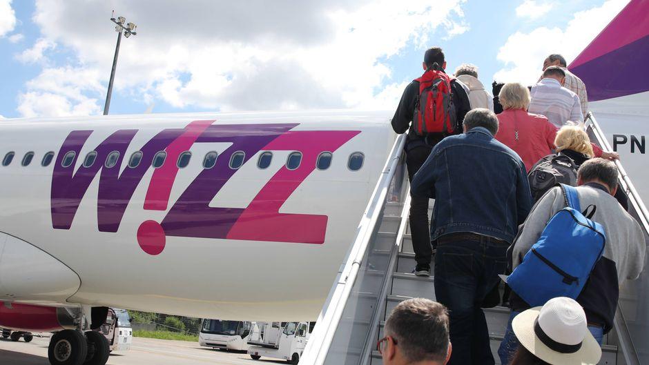 Passagiere steigen in einen Airbus der Wizz Air.