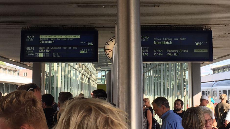Angezeigte Zugverspätungen und ausgefallene Züge am Gleis am Hauptbahnhof Hannover.
