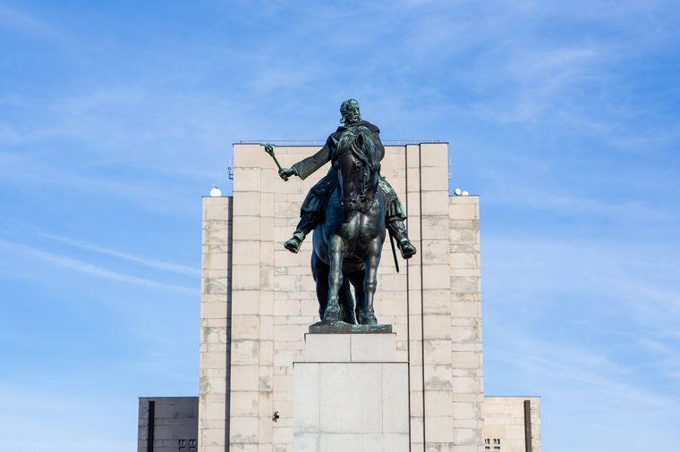 Das Nationaldenkmal am Veitsberg zeigt eine neun Meter hohe und 16,5 Tonnen schwere Reiterstatue – und gilt als eine der größten Bronzestatuen der Welt.
