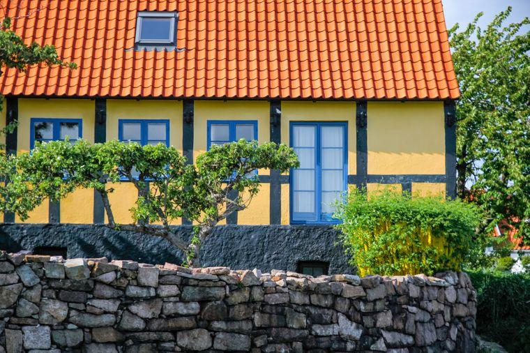 Gelbes Fachwerkhaus in Svaneke auf Bornholm.
