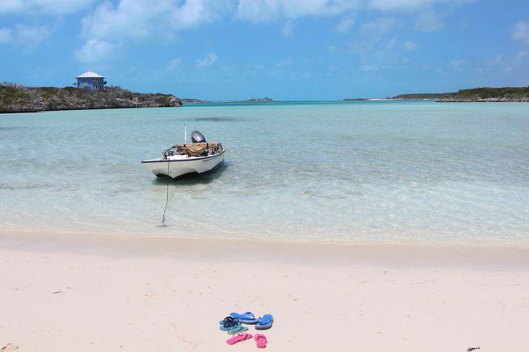 Das blaue Haus steht auf einer Privatinsel der Bahamas.