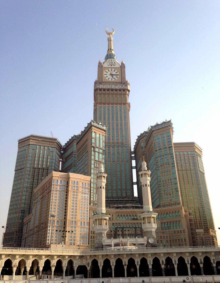 Der Makkah Royal Clock Tower ist durch seine Turmuhr ein echter Hingucker.