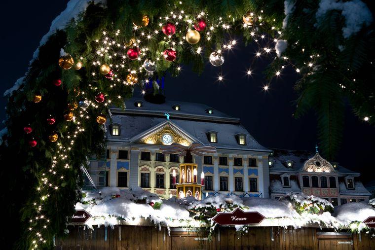 Der Coburger Weihnachtsmarkt vor dem Rathaus.