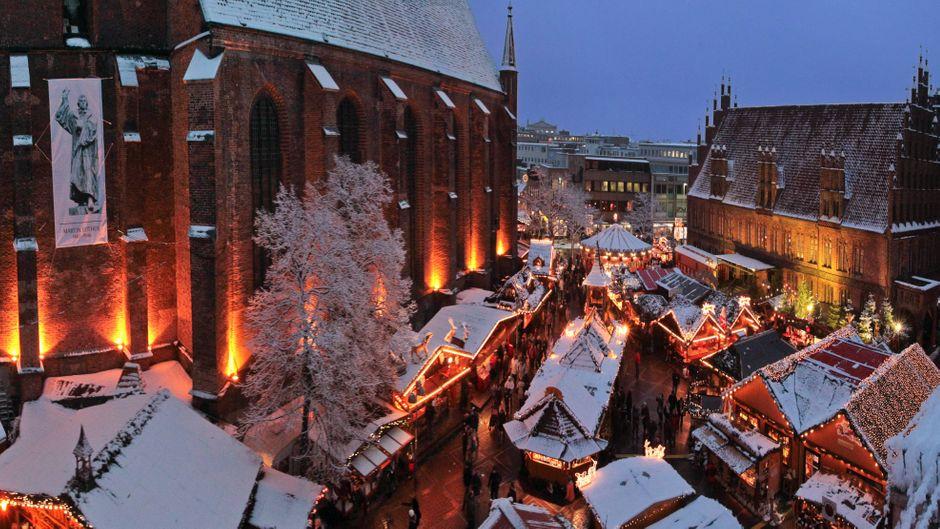 Gemütlich Feuerzangenbowle trinken: Der Weihnachtsmarkt in Hannover