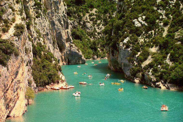 Ufer der Ardèche in Frankreich