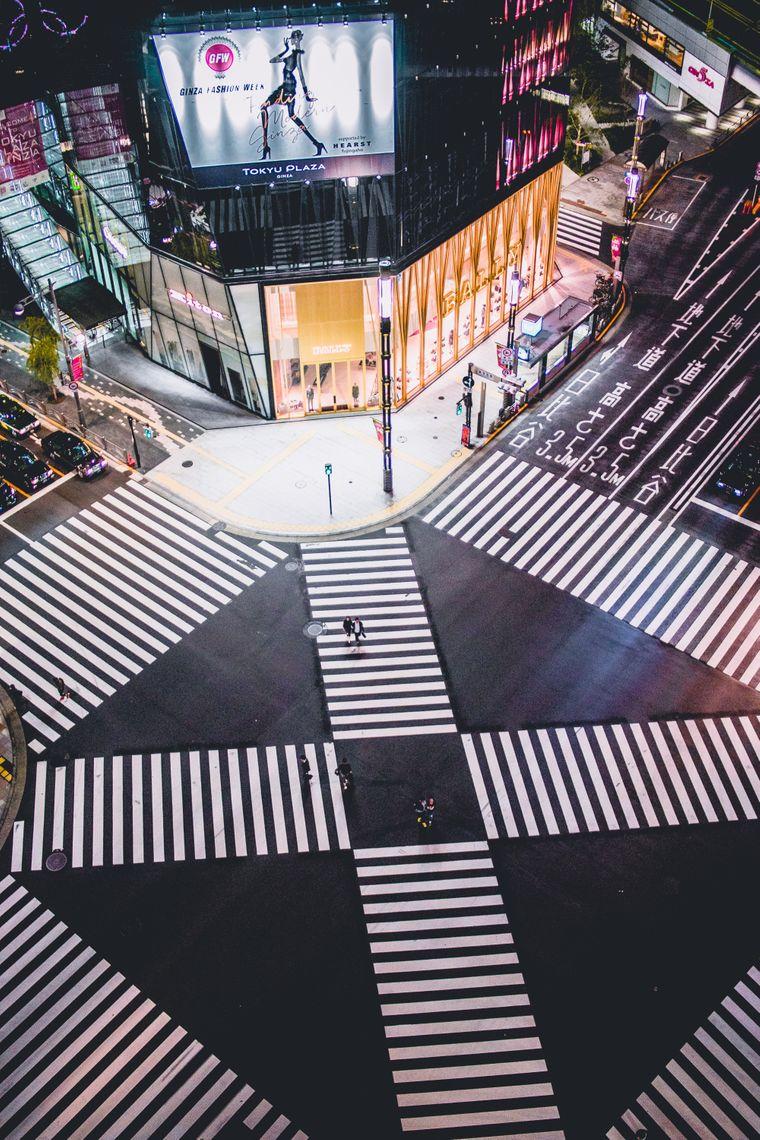 Im hippen neon Shibuya Viertel befindet sich der weltbekannte Shibuya Crossing.