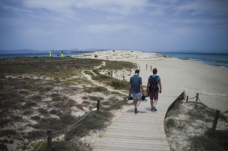 Ein Weg durch die Dünen an den Strand Playa de ses Illetes Formentera.