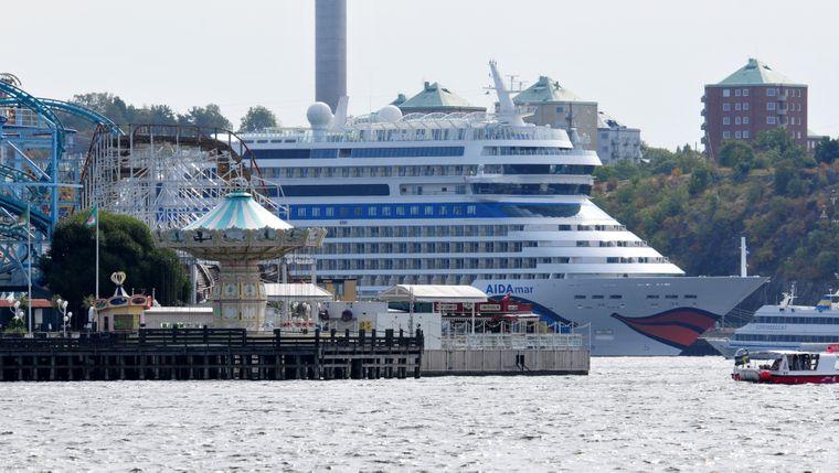 Aida-Kreuzfahrtschiff hinter dem Gröna-Lund-Vergnügungspark: Shipspotting in Stockholm.