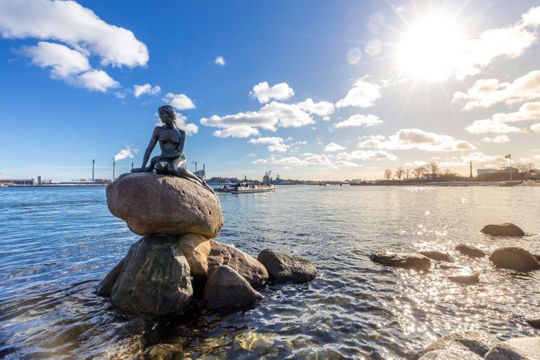 Die kleine Meerjungfrau ist eine Bronzefigur an der Uferpromenade Langelinie in Kopenhagen.