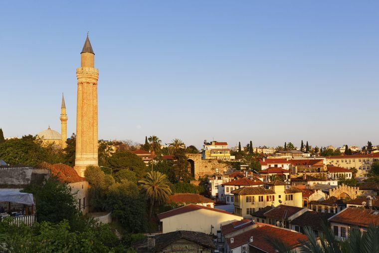 Das Minarett der Yivli-Minare-Moschee sieht man auch aus der Entfernung.