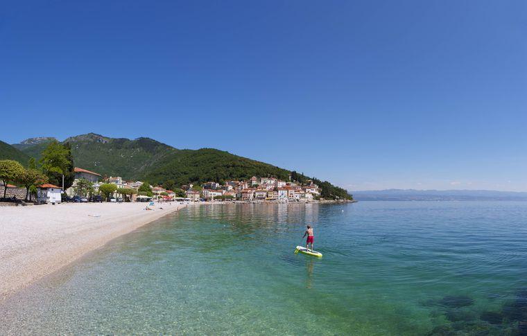 Ob nun in Istrien oder an anderen Stränden in Kroatien – in vielen Orten gibt es eine Zugangsbeschränkung am Strand.