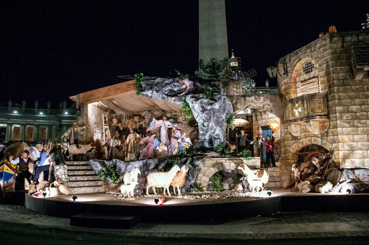 Auf dem Petersplatz in Rom wird jedes Jahr an Heiligabend eine Krippe aufgestellt.