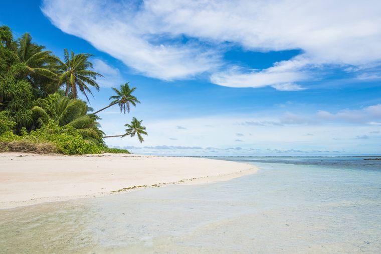 Weißer Sand, grüne Palmen und klares Wasser auf Tuvalu.
