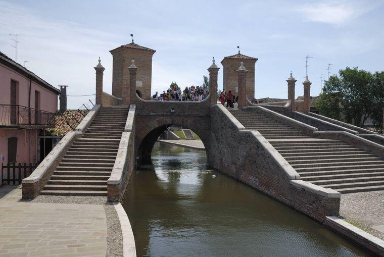 Die Brücke Trepponti in Comacchio ist eine der Haupt-Sehenswürdigkeiten.
