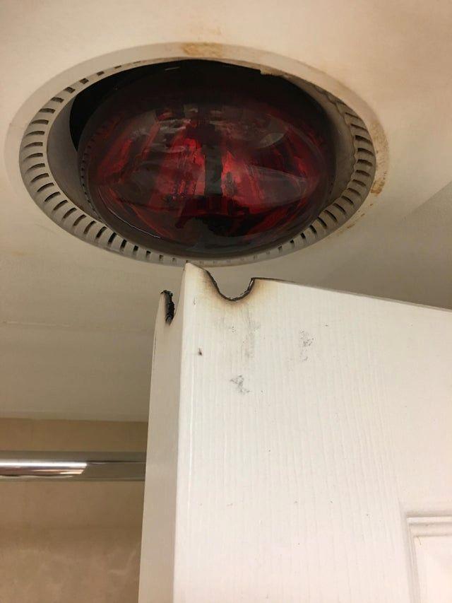 Heizlampe über der Tür.