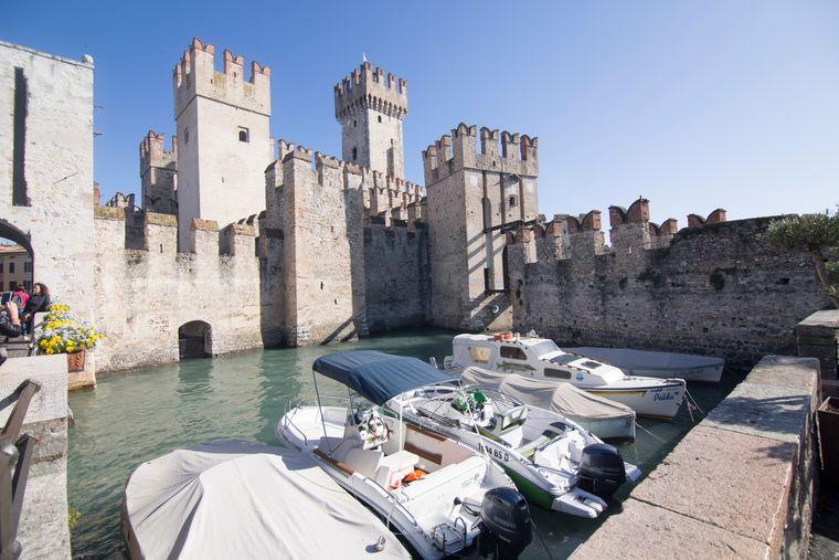 Die Scaligerburg in Sirmione ist eine Wasserburg in der gleichnamigen italienischen Gemeinde am Gardasee.