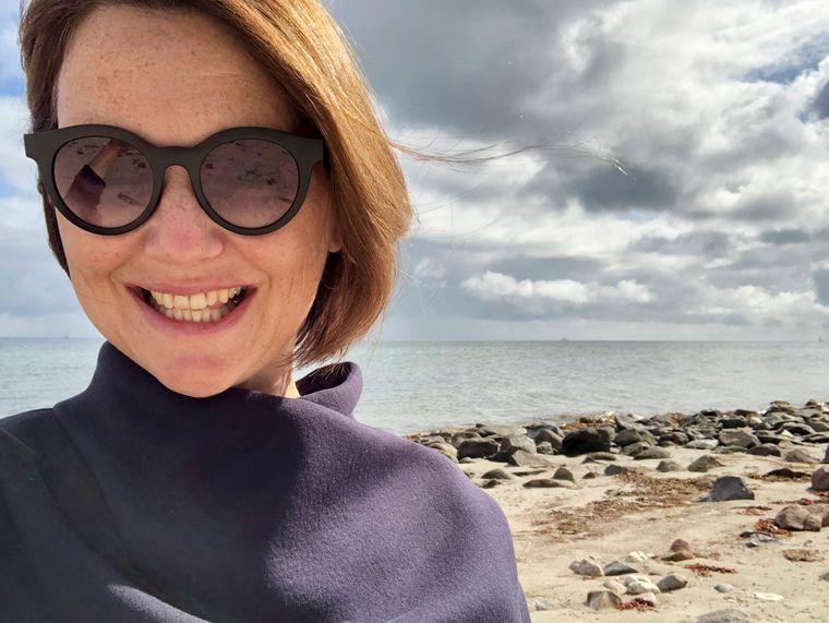 Meerglück: reisereporterin Christina am Strand von Gut Oehe (Maasholm).