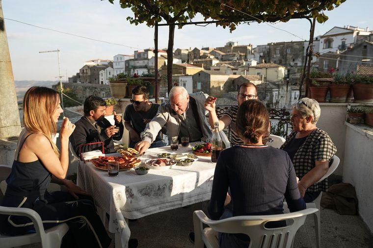 Gemeinsam mit den Dorfbewohnern beendest du den Tag bei Aperitivo und leckerem Essen.