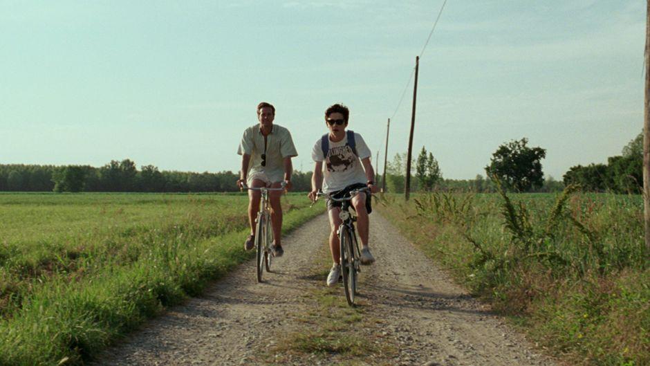 "Szene aus dem Film ""Call Me by Your Name"" mit Armie Hammer und Timothée Chalamet."