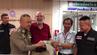 Veerapol (2.v.r.) brachte Jerry (Mitte) am Flughafen von Bangkok sein Geld zurück.