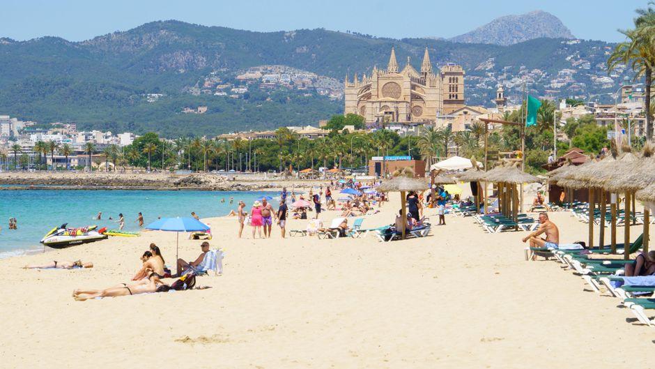 Reisende in Platja de Can Pere Antoni auf Mallorca: Für viele Menschen aus Deutschland entfällt die Testpflicht bei der Einreise nach Spanien.