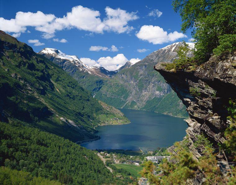 Spektakulärer Fjord mit tiefblauem Wasser - umgeben von Felsen und Wasserfällen