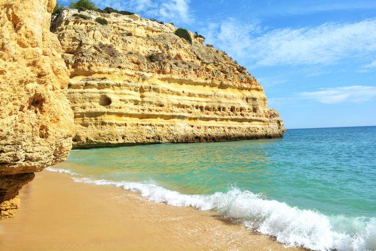 Die portugiesische Algarve bietet Steilküsten, sanft abfallende Sandstrände und einsame Buchten.