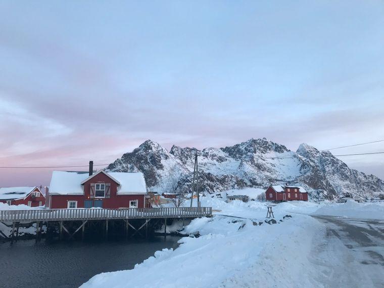 Tagsüber ist die Sonne zwar nur kurz zu sehen, aber der Himmel über den kleinen roten Häusern von Henningsvaer erstrahlt dafür in hellstem Blau.
