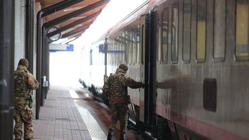 Mitglieder des Militärs kontrollieren einen Zug der ÖBB in Brennero, Italien.