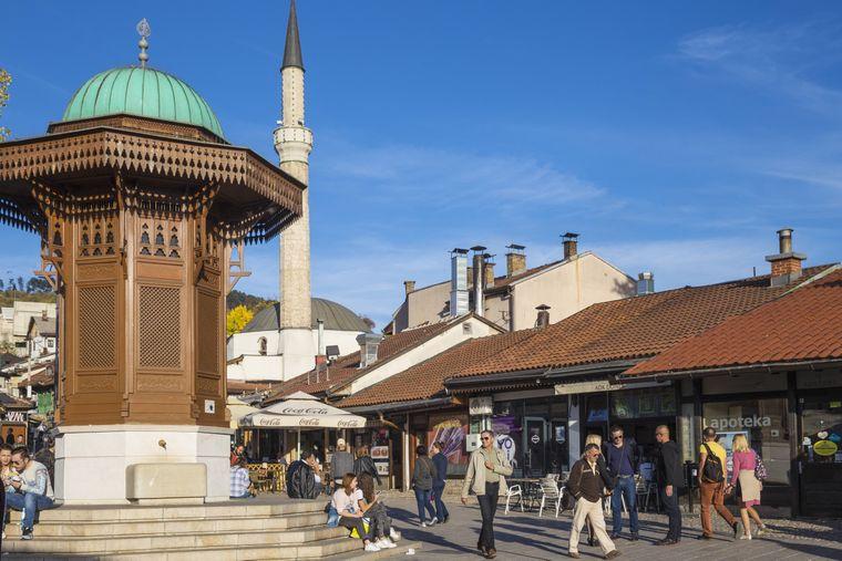 Malerisch: Brunnen aus Holz in der Altstadt von Sarajevo.