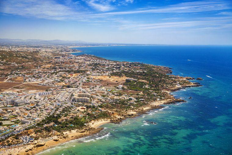 Luftaufnahme der Region um Albufeira. Hier eröffnet 2022 das Hotel W Algarve.