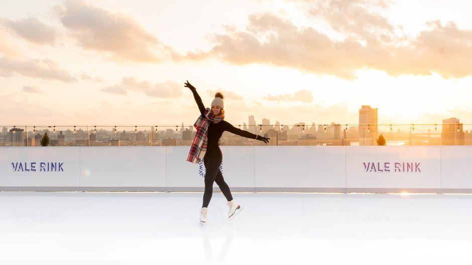 Mit dem Schnappschuss sorgst du sicher für neidische Blicke bei deinen Freunden: Posen auf der Eislaufbahn über den Dächern New Yorks!