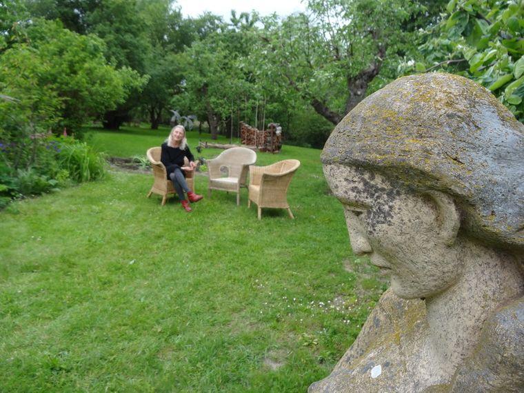 Ines Diederich lädt in Vogelsang, etwa eine Stunde Autofahrt von der Insel Usedom entfernt, in ihre Galerie ein.