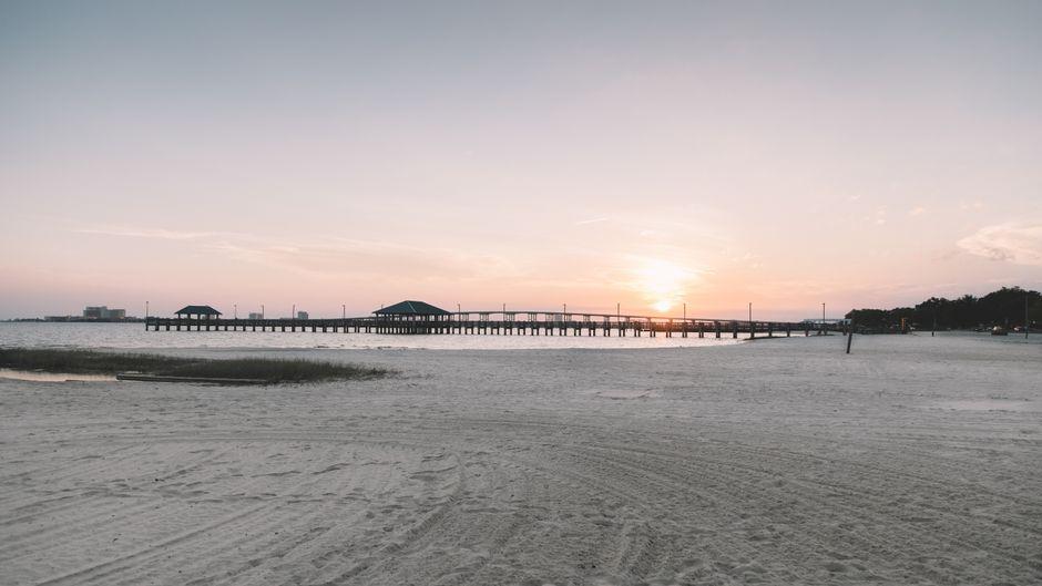 An Mississippis etwa 100 Kilometer langer Küste geht es ruhig und beschaulich zu – so wie hier am Strand von Ocean Springs. Viele Strände sind alles andere als überlaufen. Hier kann man Ruhe finden.