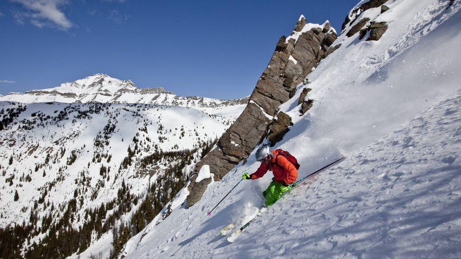Skifahrer am Lake Louise in Kanada.