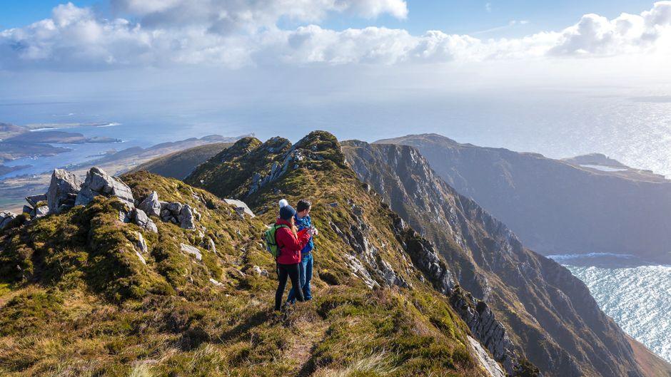 Es lohnt sich, auch in der kalten Jahreszeit, die irische Landschaft bei einer Wanderung zu erkunden. Attraktionen wie die Slieve League Cliffs im County Donegal sind dann genauso sehenswert.