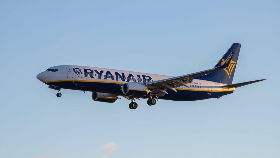 Ein Flugzeug von Ryanair beim Landeanflug auf Eindhoven, Niederlande.