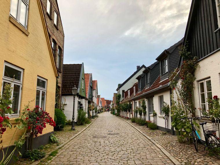 Nichts für Riesen: In Schleswigs historischem Fischerviertel Holm säumen gemütliche XS-Häuschen die engen Straßen.