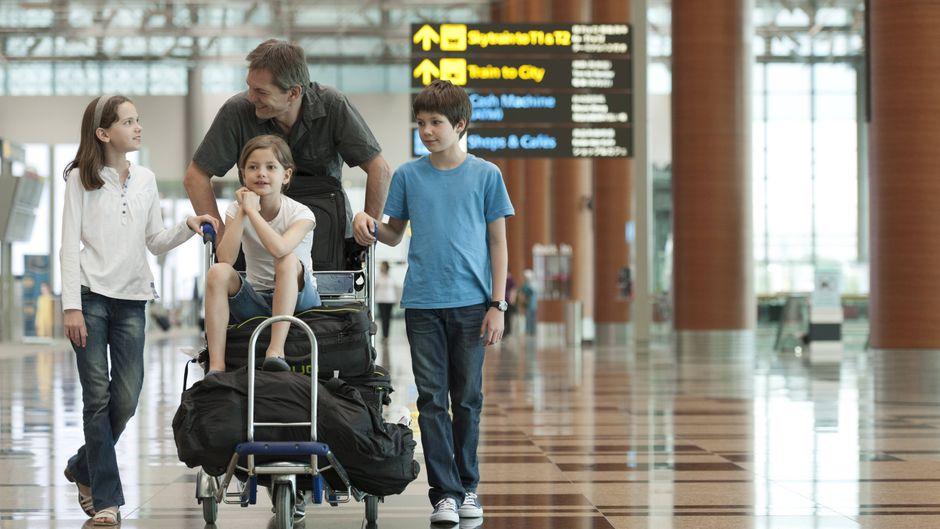 Family pushing luggage cart in airport PUBLICATIONxINxGERxSUIxAUTxONLY Copyright: ThierryxFoulon B52620726  imago/PhotoAlto