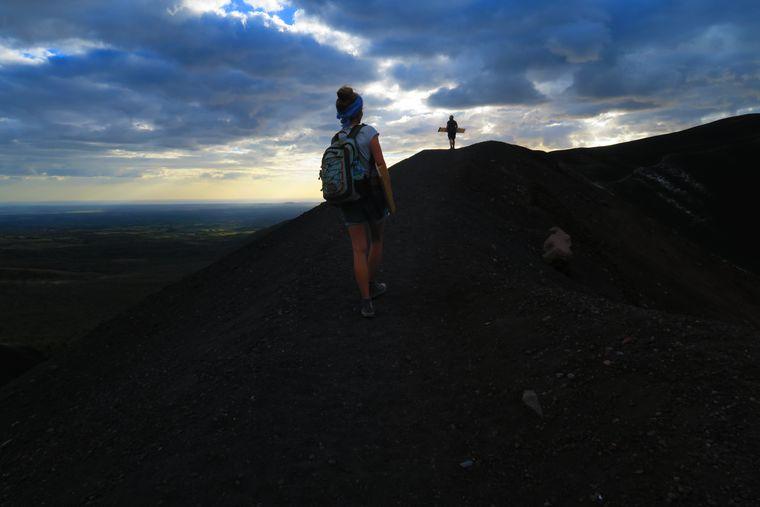 Wanderung mit Sandboards auf den Vulkan Cerro Negro.