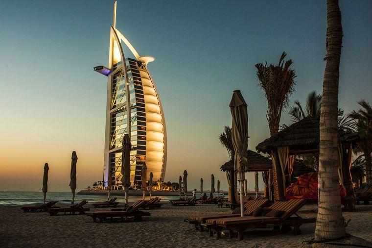 Das beleuchtete Burj Al Arab.